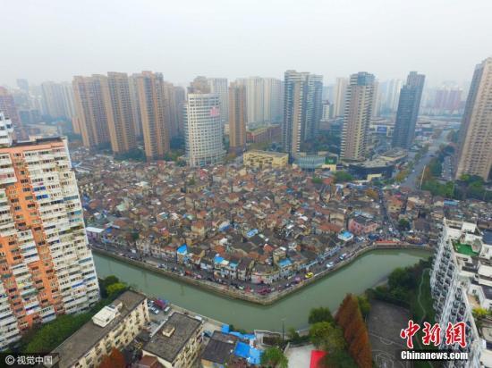 资料图:2016年12月07日,上海,航拍上海最大的棚户区�D�D张桥。蒋一超 摄 图片来源:视觉中国