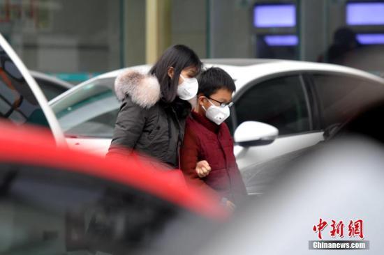 12月8日,成都街头行人戴口罩出行。当日,四川成都遭遇持续雾霾,空气质量达重度污染。<a target='_blank' href='http://www.chinanews.com/'>中新社</a>记者 张浪 摄
