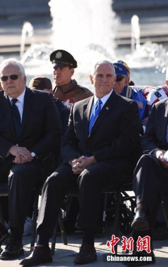 当地时间12月7日,美国首都华盛顿举行珍珠港事件75周年纪念活动。美国当选副总统彭斯、数名珍珠港事件幸存者、二战老兵和家属以及数百名美国民众当天前往位于华盛顿的二战纪念碑,参加纪念活动。 <a target='_blank' href='http://www.chinanews.com/'>中新社</a>记者 刁海洋 摄