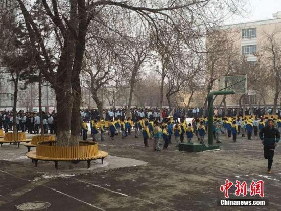 据中国地震台网测定,12月8日13时15分,新疆昌吉州呼图壁县附近(北纬43.83度东经86.40度)发生6.2级地震,震源深度6公里。地震发生时,乌鲁木齐震感明显,伊犁、巴州、吐鲁番等地均有震感。地震发生后,乌鲁木齐市第60中学的学生被紧急疏散到操场上。许丽 摄