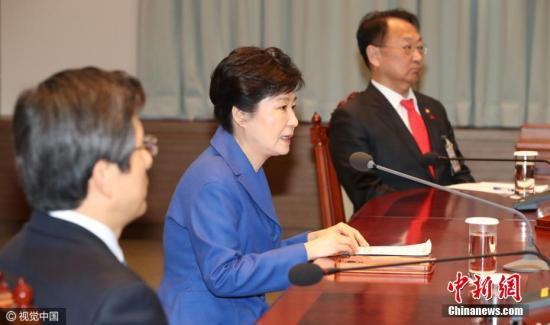 资料图:韩国国会通过总统弹劾案后,朴槿惠与韩国总理黄教安一起现身。图片来源:视觉中国