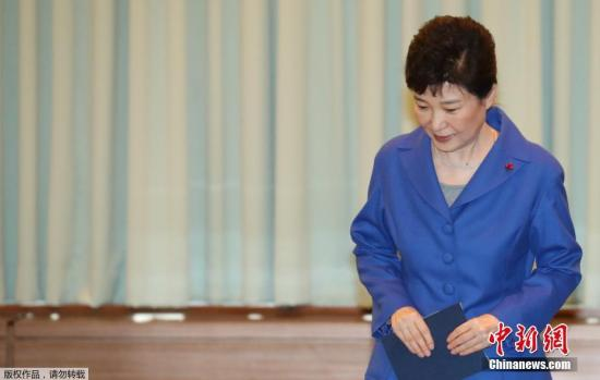 当地时间12月9日,韩国首尔,韩国国会通过总统弹劾案后,朴槿惠与韩国总理黄教安一起现身,与国务委员会面交谈。当天,韩国国会表决通过朴槿惠弹劾案,她将被立即停职,并由总理代行总统职责。