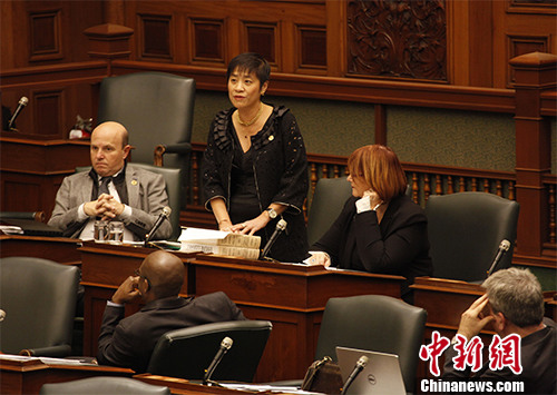 加拿大安大略省议会当地时间12月8日在该省议会审议将每年的12月13日设立为安省南京大屠杀纪念日的议案。在此前已经一读通过的基础上,当天省议会二读审议这个议案。下午1时40分许,根据议程安排,议案发起人、省议员黄素梅(中间站立者)首先介绍她提出这个议案的初衷。 该议