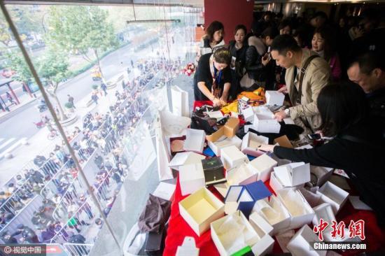 资料图:商场甩卖奢侈品 杭州民众排队疯狂抢购。锐图 摄 图片来源:视觉中国