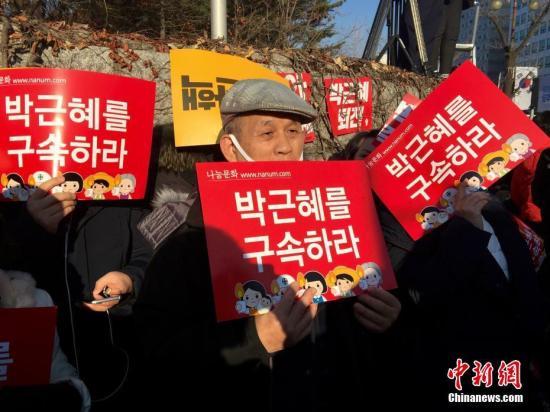 韩国民众示威,要求朴槿惠下台。/p中新社记者 吴旭 摄