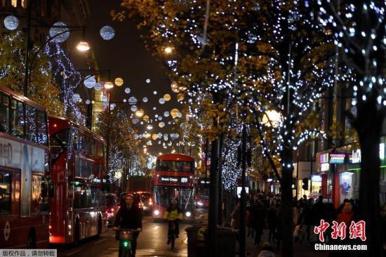 资料图:圣诞节将至,英国伦敦牛津街头灯光璀璨。
