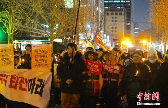 """当地时间12月10日,韩国民众举行""""亲信干政""""事件后第七轮大规模集会。虽然前一日韩国国会通过总统弹劾案,朴槿惠已被暂停总统职权,但示威民众仍高喊口号,要求朴槿惠立即下台。当日也有""""亲朴派""""市民团体举行游行,反对弹劾案,称""""弹劾无效""""。<a target='_blank' href='http://www.chinanews.com/'>中新社</a>记者 吴旭 摄"""