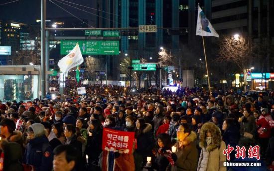 """当地时间12月10日,韩国民众举行""""亲信干政""""事件后第七轮大规模集会。。<a target='_blank' href='http://www.chinanews.com/'>中新社</a>记者 吴旭 摄"""