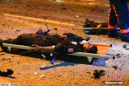 土耳其伊斯坦布尔的贝西克塔斯体育馆外当地12月10日发生炸弹两起爆炸事件,目前死亡人数由15人急剧上升。官方认为,相信其中一起系针对防暴警察的汽车炸弹袭击。