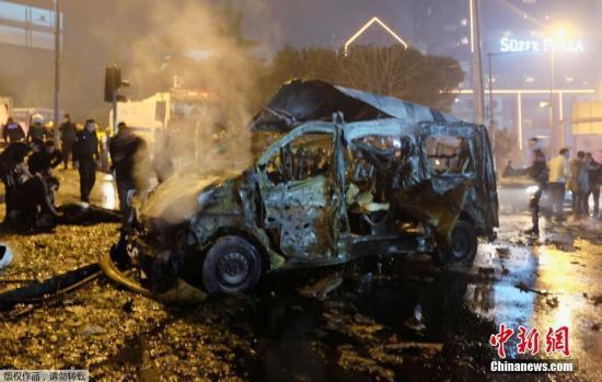 土耳其伊斯坦布尔的贝西克塔斯体育馆外当地12月10日发生炸弹两起爆炸事件。据悉,死者中27名都是警察,另有2名平民遇难。