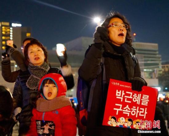 """当地时间2016年12月10日,韩国民众举行""""亲信干政""""事件后第七轮大规模集会。示威民众高喊口号,要求朴槿惠马上下台。中新社记者 吴旭 摄"""