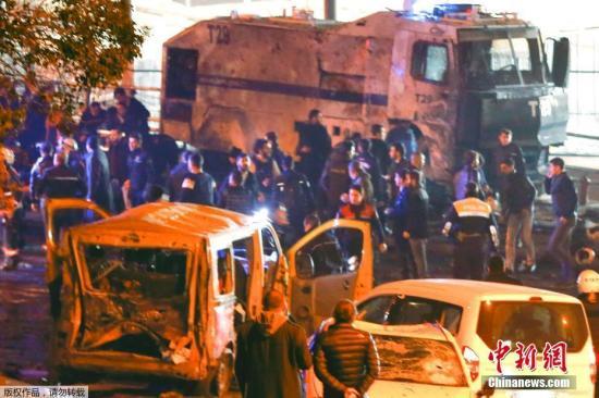 土耳其伊斯坦布尔的贝西克塔斯体育馆外当地12月10日发生炸弹两起爆炸事件。相信其中一起是针对防暴警察的汽车炸弹袭击。