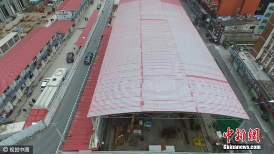 2016年12月11日,上海,在建的轨交14号线源深路站工地近日试点全封闭绿色施工棚,将工地严严实实封闭在内,成为上海第一座工厂化工地。据了解,为降低施工过程中对周边单位及居民影响,建设者特意建造了全封闭式绿色施工棚,可将整座工地的施工作业全部封闭在工棚内。根据工地现场噪音检测数据显示,采用全封闭式绿色施工之后,现场的施工噪音比原来下降50分贝,施工噪音由原先约90分贝下降到目前的40分贝,大大改善施工对周边环境影响。不仅如此,工地建设转变为工厂化建设,基坑开挖为全封闭作业,吊装、挖土等施工均改变了传统作业方式,也避免了恶劣天气的侵扰。图片来源:视觉中国