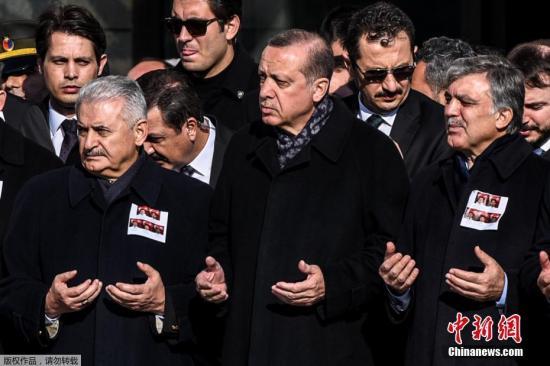 当地时间2016年12月11日,土耳其伊斯坦布尔,连环爆炸中遇难警察的葬礼举行,土耳其总统埃尔多安、总理耶尔德勒姆等人出席葬礼。10日土耳其连环爆炸案已致38人死亡,166人受伤,遇难者中大多为警察。