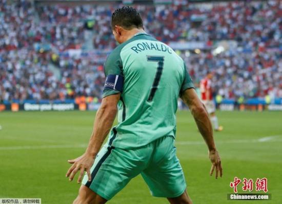 2016年欧洲杯,C罗带领球队一路走到最高领奖台。在小组赛F组一场焦点战里,葡萄牙对阵匈牙利。全场比赛匈牙利队先后3次领先,C罗奉献2个进球和1次助攻,帮助葡萄牙3-3战平匈牙利。以小组第三的成绩晋级16强。