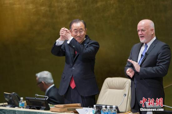 当地时间12月12日,联合国秘书长潘基文在位于纽约的联合国总部致辞后拱手致谢。随后联合国候任秘书长安东尼奥・古特雷斯宣誓就职,他将从明年1月1日起行使联合国秘书长职权。 记者 廖攀 摄