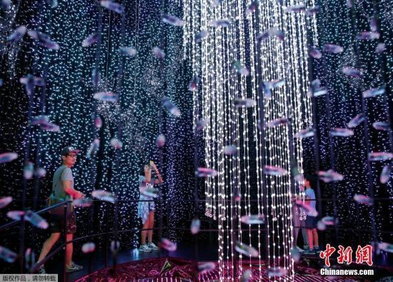 资料图片:新加坡圣淘沙度假村环球影城灯光秀。