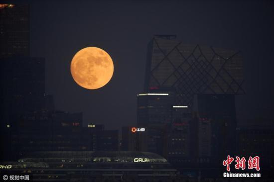 """资料图。2016年12月13日,北京现""""超级月亮""""。(二次曝光拍摄)阳子 摄 图片来源:视觉中国"""