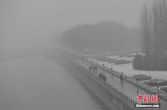 资料图:2016年12月13日,山西太原,民众在雾霾中出行,户外能见度低。 <a target='_blank' href='http://www.chinanews.com/'>中新社</a>记者 武俊杰 摄