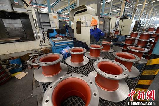 图为福建龙岩机械加工厂工人正在生产。 中新社记者 王东明 摄