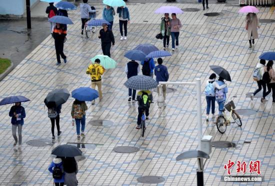 资料图:福州市民穿厚衣出行。张斌 摄