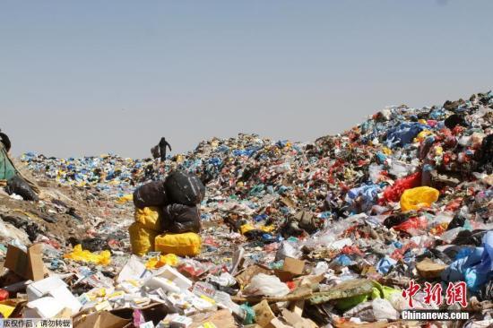 资料图:堆积如山的垃圾。