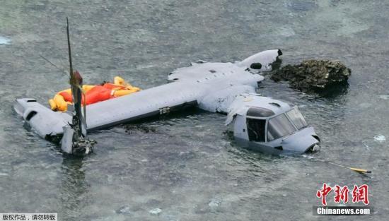 """当地时间12月13日晚,美军一架""""鱼鹰""""在日本冲绳近海迫降。日本防卫省表示,这架""""鱼鹰""""机上载有5人,全员获救。图为迫降在海水中的""""鱼鹰""""飞机残骸。"""