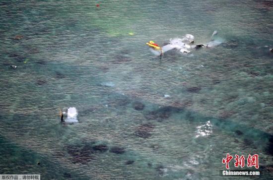 """日本第11管区海上保安本部表示,当地时间13日晚10时许,接获来自美军普天间基地的通报得知,一架""""鱼鹰""""机在日本冲绳附近海域迫降。"""