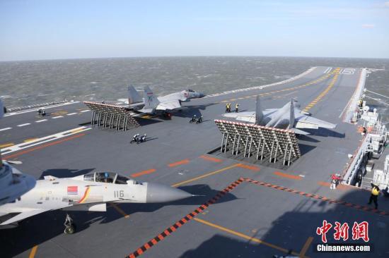 图为歼―15舰载战斗机依次从辽宁舰起飞参加实弹射击演习。发 莫小亮 摄