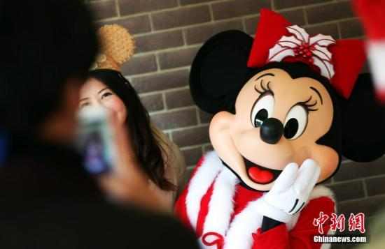 12月15日,上海迪士尼度假区开启的迷人圣诞季吸引众多游客慕名而来。米奇和他的朋友们换上了特别设计的圣诞服装笑迎四方客人。<a target='_blank' href='http://www.chinanews.com/'>中新社</a>记者 汤彦俊 摄