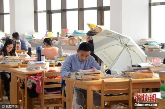 资料图:一所大学自习室内,学生在自习。 图片来源:视觉中国