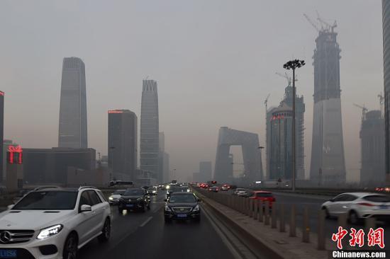 12月15日,北京发布今年首个空气重污染红色预警――今日20时,本市启动空气重污染红色预警。本市提前约30个小时发布红色预警,各相关单位提前做好准备,应对空气重污染。图为12月16日下午,北京东三环国贸附近雾霾渐浓。记者 金硕 摄