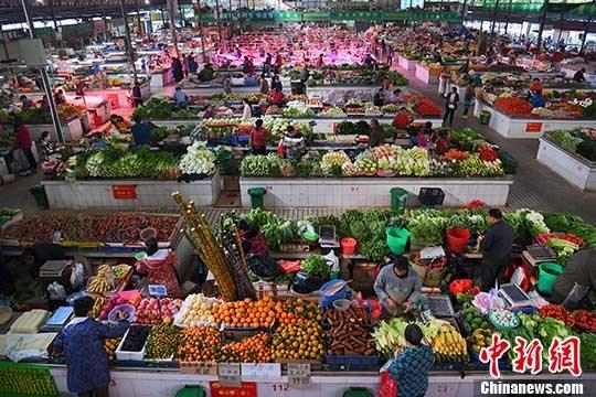 资料图片,市民在菜市选购新鲜蔬菜。 <a target='_blank' href='http://www.chinanews.com/'>中新社</a>记者 胡雁 摄