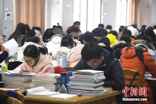 资料图 某高校考研自习室内座无虚席 卢文伟 摄