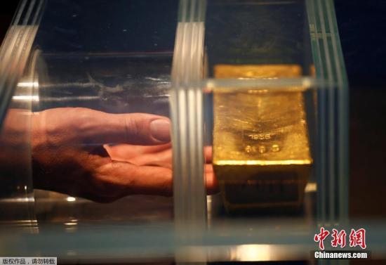 当地时间12月15日,德国法兰克福,德国央行新开设货币博物馆,以四个主题展览货币,其中一条重达12.5公斤的金条尤为引人注目。