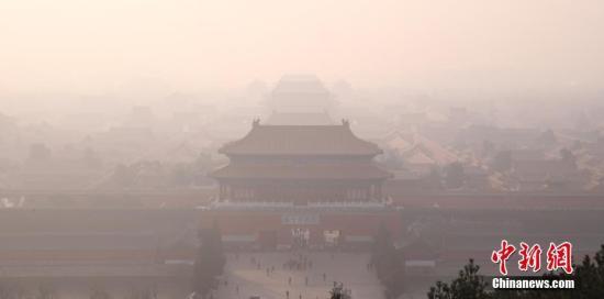 12月18日,雾霾中的紫禁城。从12月16日开始,北京遭遇今冬以来最严重的区域性空气重污染过程,预计持续时间超过5天。对此,北京市空气重污染应急指挥部于12月15日提前发布今年首个空气重污染红色预警,12月16日20时启动各项应急措施,其中包括机动车单双号行驶(电动车除外)、中小学及幼儿园采取弹性教学或停课等。/p中新社记者 韩海丹 摄