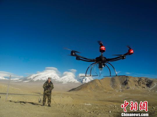 资料图:边防官兵利用无人机到边境国门一线进行巡查。 刘新 摄