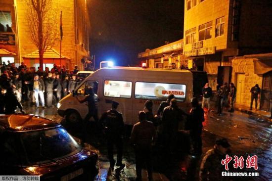 当地时间2016年12月18日,约旦卡拉克,据报道约旦南部城市卡拉克当日下午发生枪击事件,截至目前已有10人丧生。据报道,一伙身份不明的枪手袭击了当地著名景点卡拉克城堡附近的一个警察巡逻点。死者中包括6名警察、3名在现场的约旦平民以及1名加拿大游客。