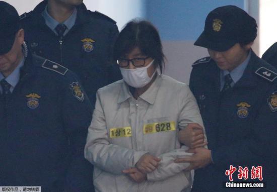 """2016年12月19日,韩国首尔中央地方法院刑事22部在首尔中央地方法院大法庭举行庭前会议,""""亲信门""""主角崔顺实出庭。"""