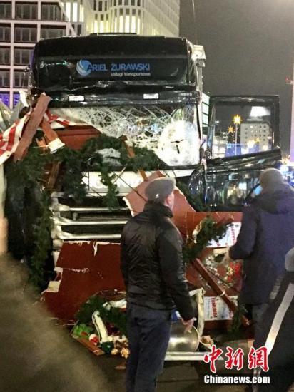 当地时间12月19日晚20时左右,德国首都柏林市中心布赖特沙伊德广场圣诞市场遭一辆货车闯入。截至当晚23时,事件已至少造成12人死亡、50余人受伤。目前,德国官方尚未给出事件定性。<a target='_blank' href='http://www.chinanews.com/'>中新社</a>记者 钟欣 摄