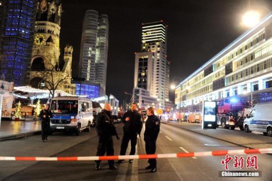 当地时间12月19日晚,德国首都柏林市中心布赖特沙伊德广场圣诞市场遭一辆货车闯入。截至当晚23时,事件已造成至少9人死亡、数十人受伤。图为事发后,柏林市中心最繁华的商业区动物园一带被警方全面封锁,戒备森严。中新社记者 彭大伟 摄