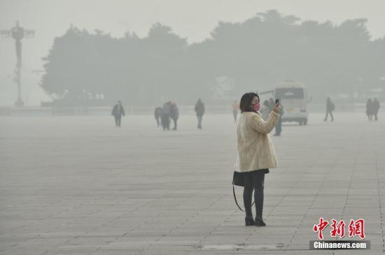 """12月20日,北京大雾、霾预警双发,局地能见度不足50米,整个京城仿佛置身于""""仙境"""",分不清雾和霾。受大雾和霾共同影响,今晨首都将取消169架次航班,北京京昆高速、六环等多路段被封闭。今年最强霾过程已持续5天,今天(20日)霾将达到最重。不过,目前这轮最强霾过程消散时间已进入倒计时,预计,明天后半夜开始,北京霾将减弱消散。中新网记者 金硕 摄"""