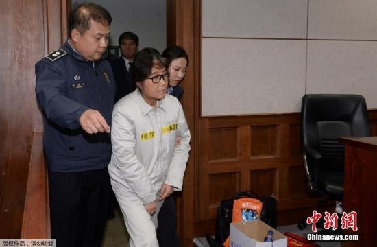 """韩国媒体报道,韩国首尔中央地方法院12月19日举行庭前会议,""""总统亲信门""""事件主角崔顺实首次出庭,但对检方的指控一概予以否认。"""