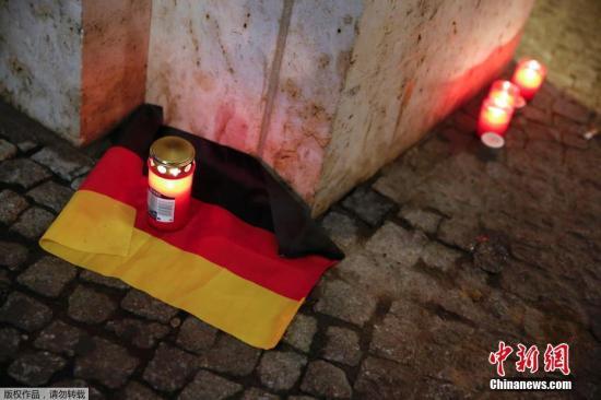 据法新社报道,德国警方称,12月19日晚间柏林发生的货车冲撞人群事件造成至少12人死亡,数十人受伤。目前,德国官方尚未就此事究竟属于恐怖袭击或意外事故给出定性。图为当地民众烛光悼念遇难者。