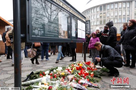2016年12月20日,德国柏林,民众在恐袭事发点附近悼念遇难者。