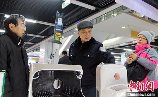 图为正在挑选空气净化器的市民。 中新社记者 韩冰 摄