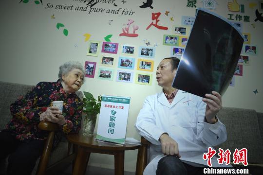 资料图:重庆一位老人在工作室咨询医生。 陈超 摄