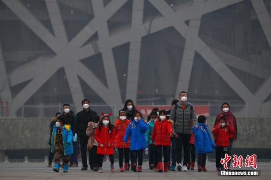 12月21日,北京持续雾霾,空气重度污染。自12月16日20时起北京启动空气重污染红色。 中新社记者 富田 摄