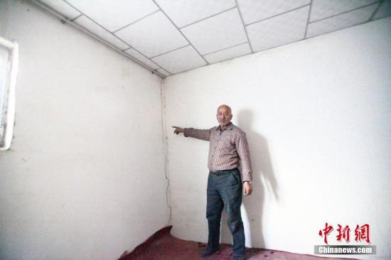 12月21日,新疆且末县且末镇的电视新村,乡民克依木・尤努斯屋宇呈现裂痕。中新社记者 王小军 摄