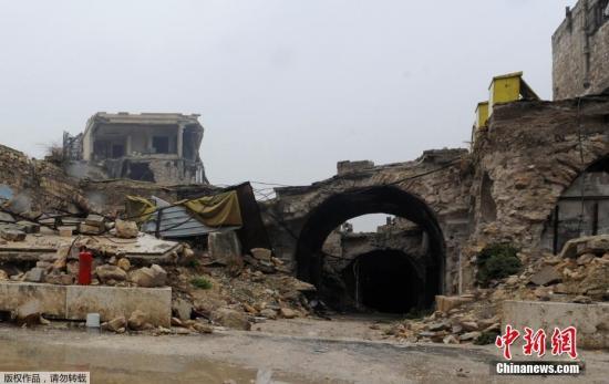"""阿勒颇城堡是中东地区最宝贵的文化财富之一,在叙利亚内战开始前,成千上万的游客千里迢迢来瞻仰这座美丽古城。但是过去的四年中,这里却沦为叙利亚政府军与其盟军的前线堡垒。叙利亚政府军和民兵部队已经开始清除反政府武装在阿勒颇东部的最后一个据点,阿勒颇即将赢来""""全面解放""""。然而对于这座历史名城的命运,当地居民、考古学家、历史学家和旅行者们都忧心忡忡。这组照片通过战争前后的对比,展现了接二连三的空袭给阿勒颇带来的累累伤痕。"""